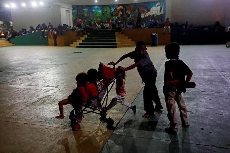 Niños hondureños juegan en el parque de Ayutla, San Marcos. (Foto Prensa Libre: EFE)