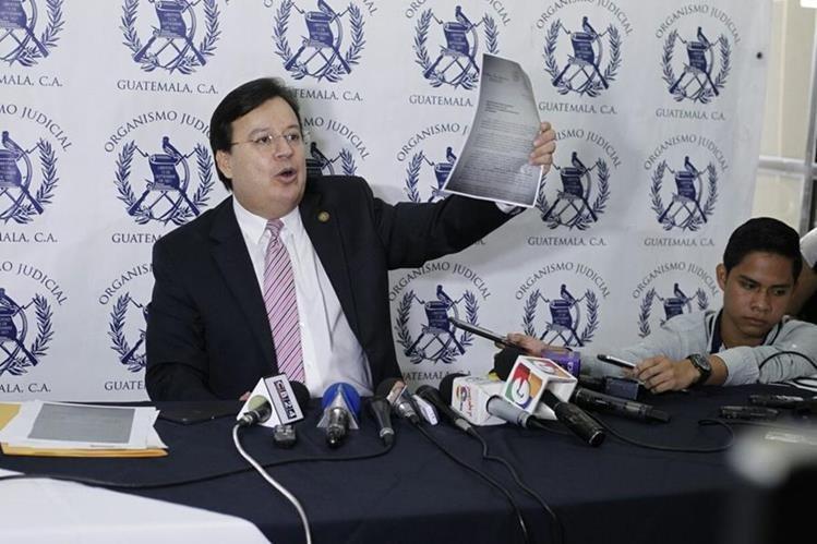 Vladimir Aguilar anuncia su renuncia a la Corte Suprema de Justicia. (Foto Prensa Libre: Paulo Raquec)