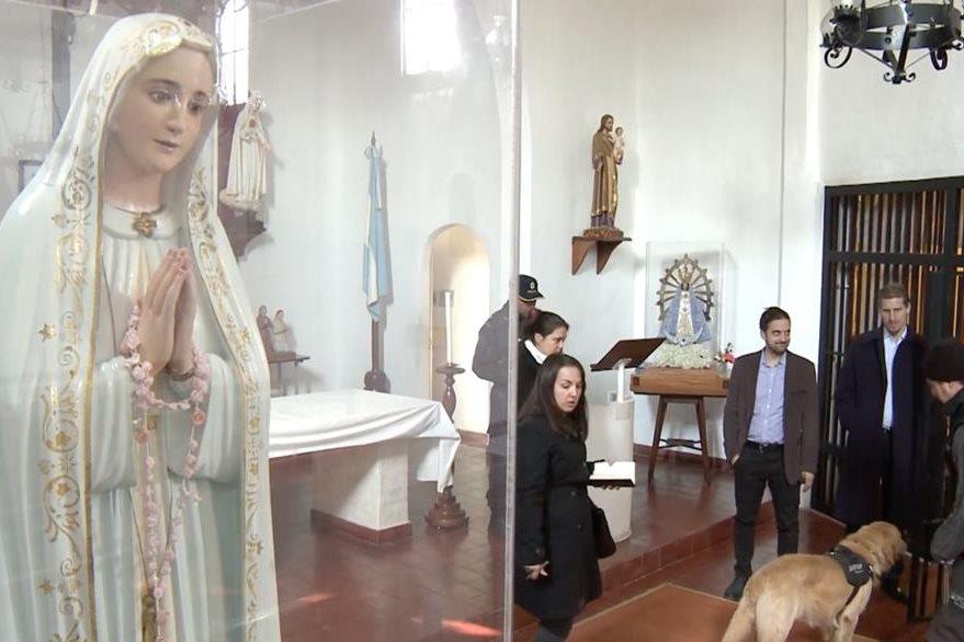 Las autoridades inspeccionan el monasterio en donde le funcionario aparentemente trató de ocultar dinero. (Foto Prensa Libre: AP).
