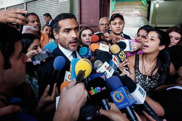 Juan Carlos  Gutiérrez (cent.), abogado del líder opositor Leopoldo López, habla con la prensa en Caracas.(Foto Prensa Libre:EFE)