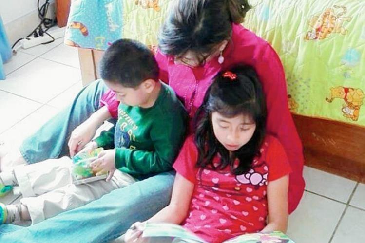 Los padres deben dedicar unos minutos diarios para fomentar la lectura en sus hijos. (Foto PrensaLibre: Hemeroteca PL)
