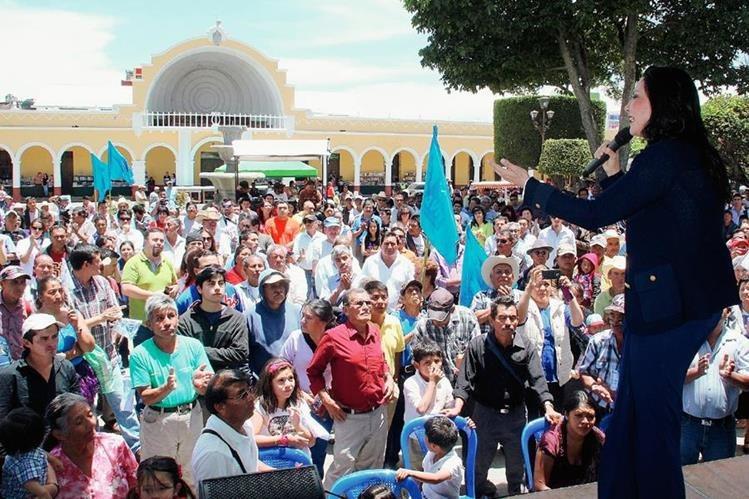 La candidata por el partido Visión con Valores (Viva) habla ante unos 500 pobladores en el parque central de Huehuetenango. (Foto Prensa Libre: Mike Castillo)