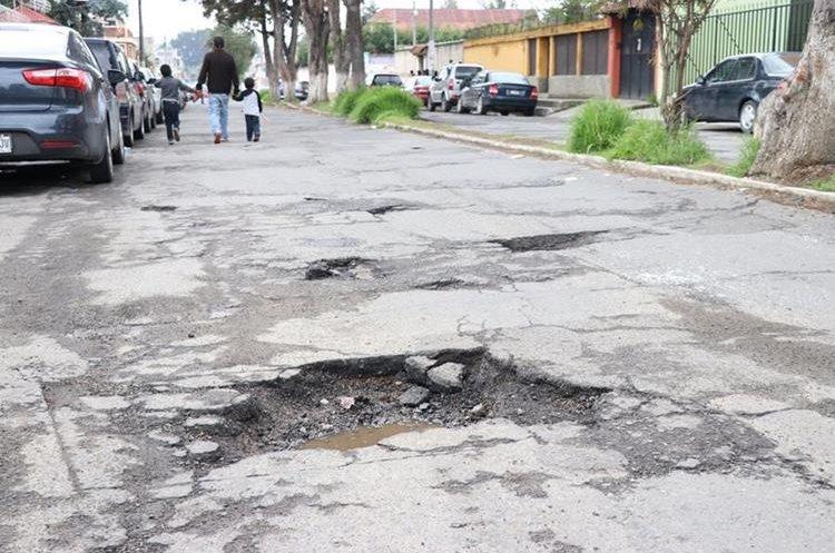 Mal estado de calles afecta la economía de los vecinos de Xela. (Foto Prensa Libre: María José Longo).
