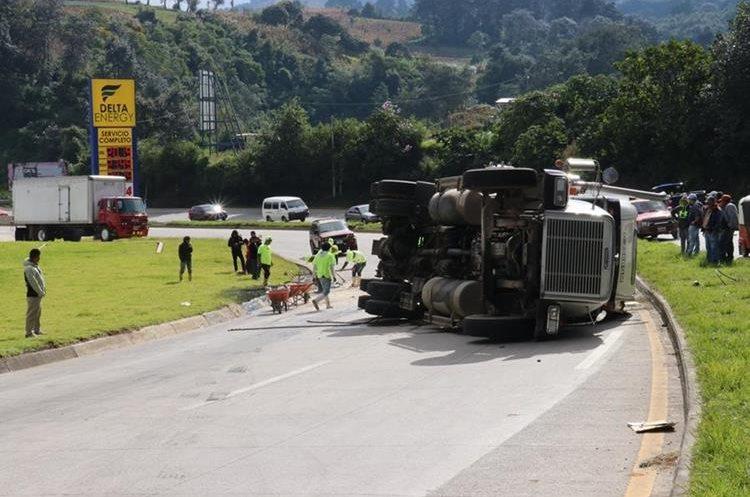 En el km 69 de la ruta Interamericana, un tráiler cargado con asfalto volcó. (Foto Prensa Libre: Víctor Chamalé)