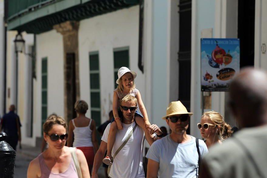 Varios turistas estadounidenses caminan en La Habana. (Foto Prensa Libre: EFE).