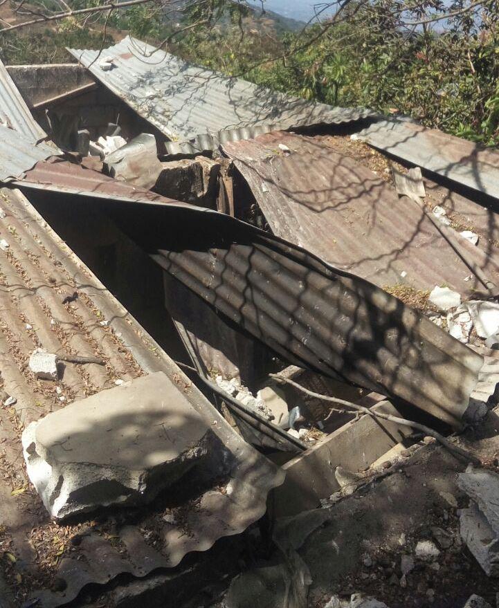 Así quedó la vivienda luego de la explosión registrada en San Raymundo. (Foto Prensa Libre: CBV)