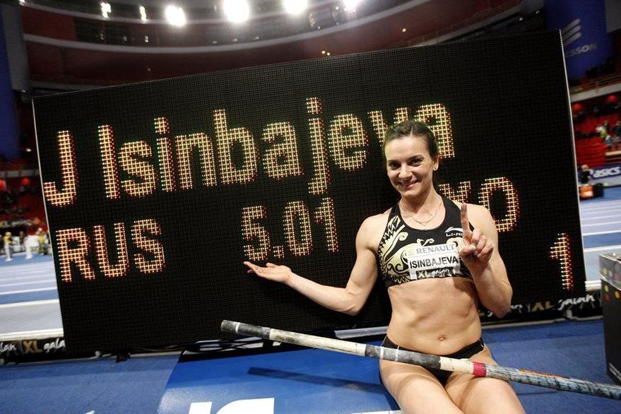 Isinbayeva celebra después de ganar la competencia de salto con pértiga en 2012 en Estocolmo. (Foto: EFE)
