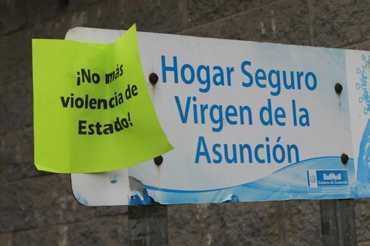 """Letrero que identifica las instalaciones del Hogar Seguro, el texto en una hoja pegada pide justicia. (Foto Prensa Libre: Estuardo Paredes"""""""
