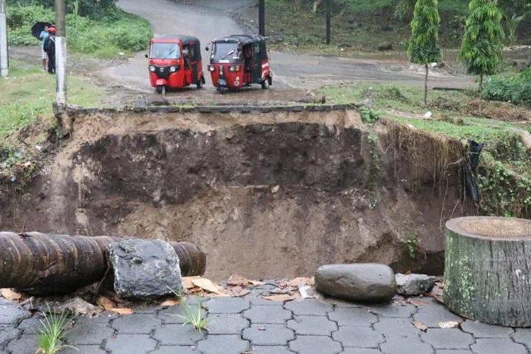 La crecida del río Sacuá dañó las bases del puente, por lo que colapsó en Mazatenango. (Foto Prensa Libre: Cristian I. Soto)
