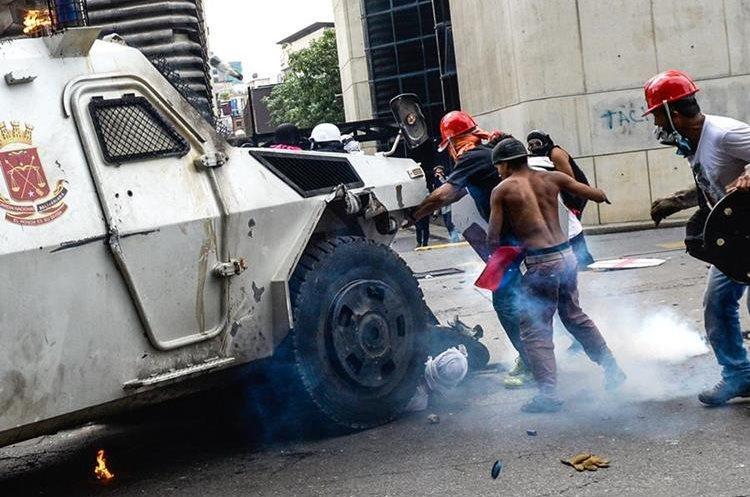 Un vehículo de la Guardia Nacional arrolló a varios manifestantes en Caracas.