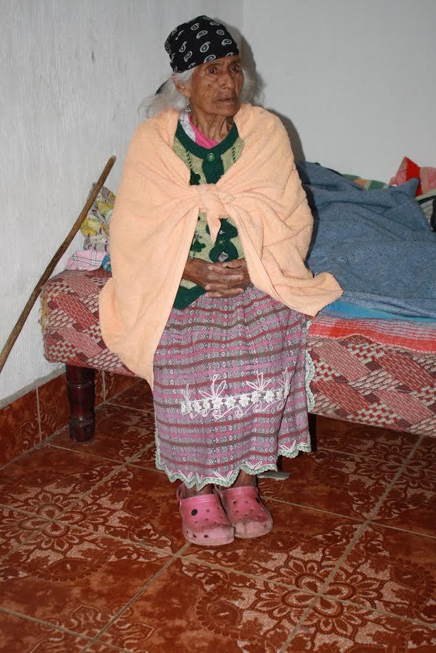 A pesar de los problemas de salud que padece, doña Juana espera poder cumplir muchos años más. (Foto Prensa Libre: Ángel Julajuj)
