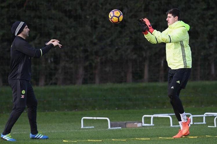 El portero belga Thibaut Courtois durante el entrenamiento del Chelsea, que marcha como líder del futbol inglés. (Foto Prensa Libre: Chelsea)