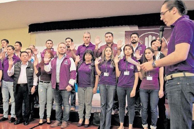 Felipe Alejos, secretario general de Todos y quien encabezaba la planilla favorita, juramenta al Comité Ejecutivo. (Foto Prensa Libre: Esbín García)