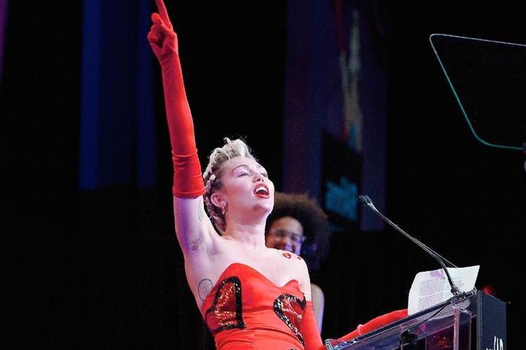 Miley Cyrus mostró sus axilas durante la Gala de Nueva York. (Foto Prensa Libre Agencia AFP).