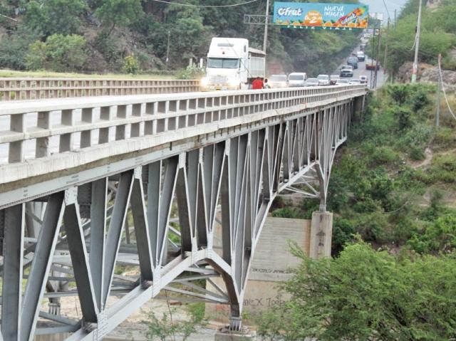 Un grupo de pilotos repara el puente Chetumal. (Foto Prensa Libre: Hemeroteca PL)
