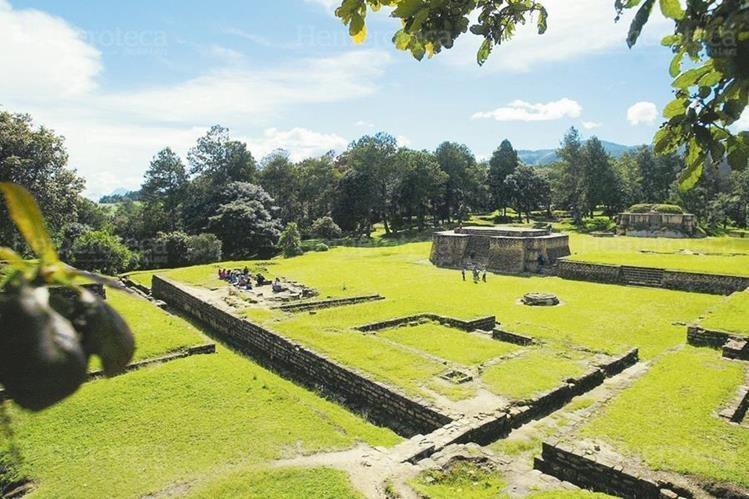 Iximche, en Tecpán, Chimaltenango, es uno de los parques que habría sido afectado por la corrupción en Micude. (Foto Prensa Libre: Hemeroteca PL)