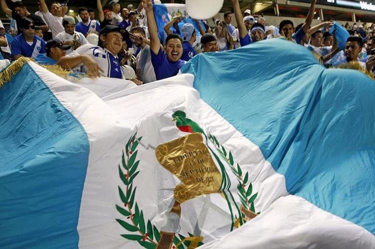 La afición de Guatemala apoyó durante el partido en Chicago. (Foto Prensa Libre: AFP)