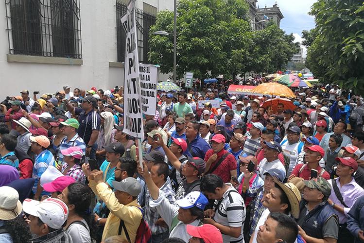 Maestros reunidos frente a Casa Presidencial hacen sus peticiones al gobierno. (Foto Prensa Libre: Esbin García)