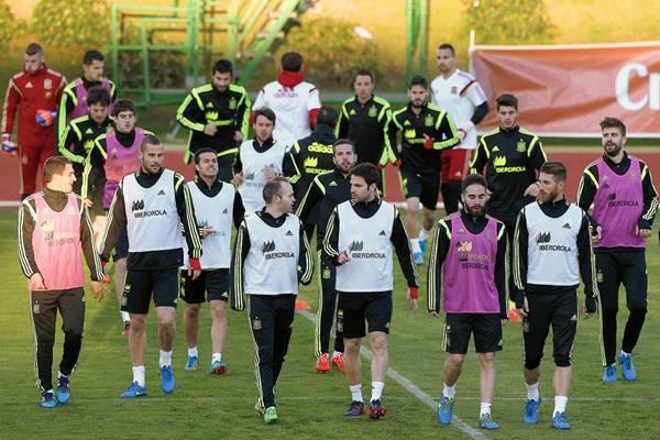 La selección española de se entrenó ayer a doble turno en la Ciudad del futbol de Las Rozas, para preparar el partido frente a Ucrania. (Foto Prensa Libre: EFE)