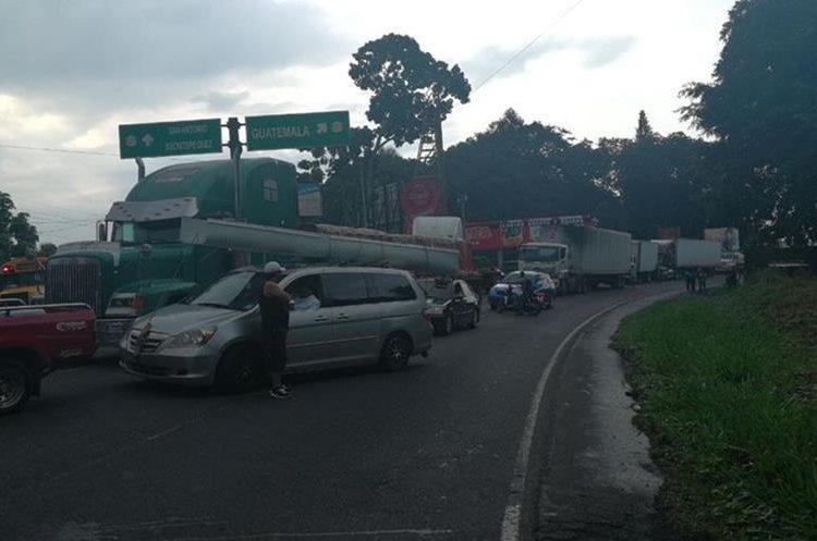 Largas filas de vehículos formaron en ambos sentidos de la ruta, por bloqueo en el km 150 al Suroccidente, en San Antonio Suchitepéquez, (Foto Prensa Libre: Cristian Soto)