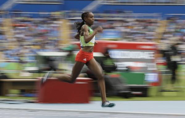 Almaz Ayana durante la competencia de los 10,000 metros planos. (Foto Prensa Libre: AP)