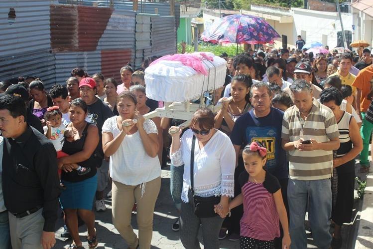 Familiares y amigos acompañan el sepelio de Ashlin Castellanos, quien fue muerta por presuntos pandilleros, en Jutiapa. (Foto Prensa Libre: Óscar González)