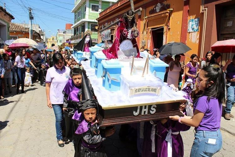 Niños de Quiché llevan en hombros a Jesús Nazareno, en calles de la cabecera. (Foto Prensa Libre: Óscar Figueroa)