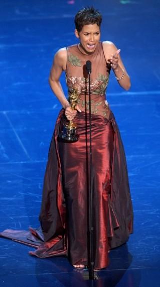 Halle Berry en 2002 vivió un momento inolvidable. Pasaría a la historia por hacerse con el primer Oscar a la Mejor Actriz otorgado a una mujer de afrodescendiente. En esta ocasión lució un vestido de Elie Saab.