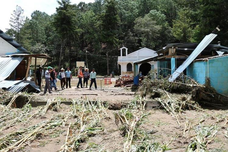 Vecinos observan con desconsuelo los destrozos que causó el desborde del río en San Antonio Chiquito, Uspantán. (Foto Prensa Libre: Héctor Cordero)