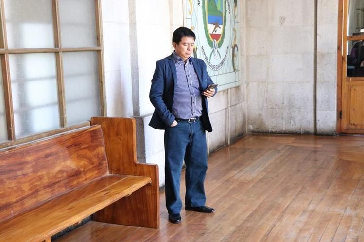 Amílcar Rivas Monzón empezó a llegar la comuna desde un día antes que asumiera formalmente su trabajo como nuevo gerente, para revisar expedientes. (Foto Prensa Libre: María José Longo).