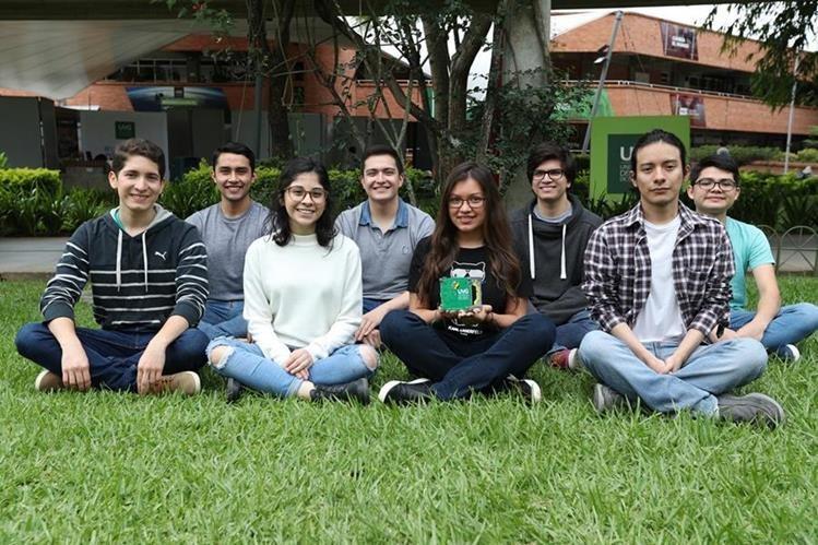 Ocho estudiantes de los primeros años de la Universidad del Valle de Guatemala han hecho valiosos aportes al Proyecto CubeSat.(Fotos Prensa Libre, Brenda Martínez)
