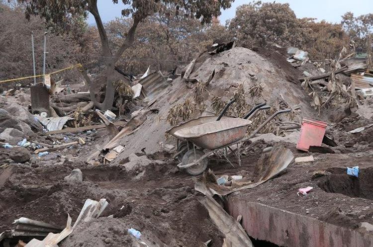 Casas deshabitadas y medio enterradas, desolación y tristeza es lo que quedó en San Miguel Los Lotes. (Foto Prensa Libre: Enrique Paredes)