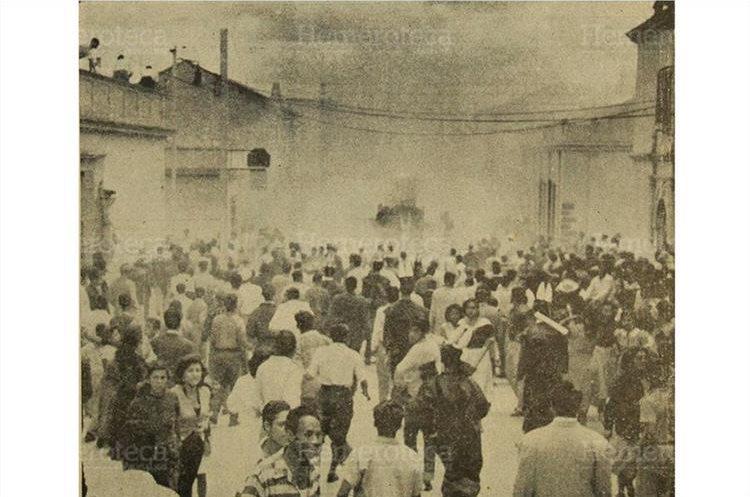 Una de las carrozas del desfile de la Huelga de Dolores a la cual le lanzaron una bomba; los asistente corren despavoridos para protegerse; foto del 24/3/1956. (Foto: Hemeroteca PL)