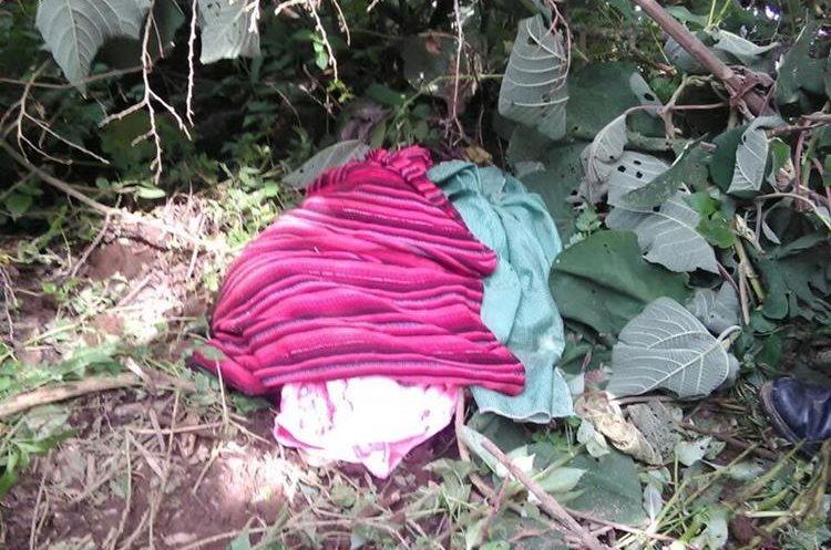 El cadáver de la niña estaba envuelta en prendas típicas. (Foto Prensa Libre: Víctor Chamalé).