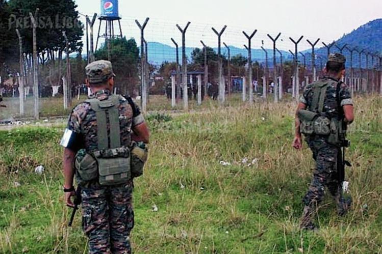 Soldados resguardan el perímetro de la Granja Penal Cantel, donde se reporta el hallazgo de un túnel. (Foto Prensa Libre: Carlos Ventura)