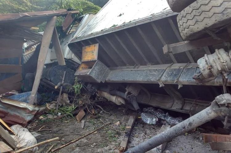 Camión se empotró en vivienda de Popabaj, Tamahú, Alta Verapaz. (Foto Prensa Libre: Eduardo Sam)