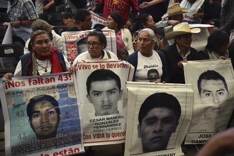 Familiares exigen justicia por los desaparecidos, durante presentación de informe. (Foto Prensa Libre: AFP)