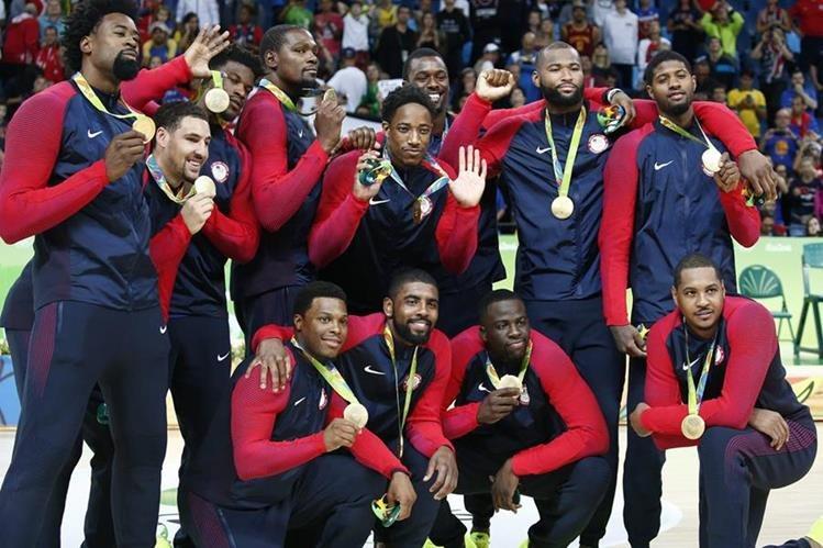 El equipo estadounidense de baloncesto luce feliz con su presea de oro, después de haber derrotado a Serbia (Foto Prensa Libre: EFE)