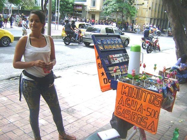 Leidys Bolívar dejó sus estudios en Venezuela para trabajar vendiendo cigarros y galletas en Cúcuta. Dice que le va bien. GUSTAVO OCANDO ALEX