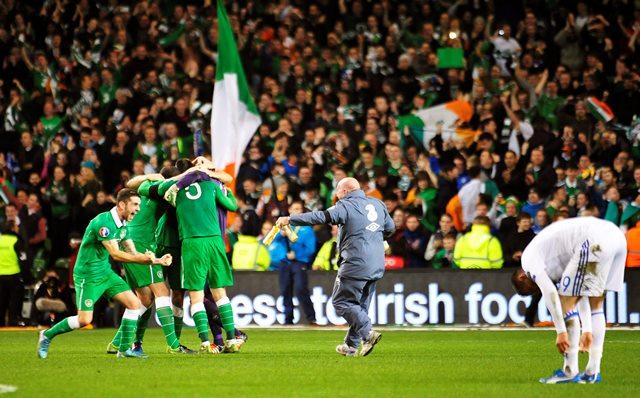 El equipo celebra su clasificación a la Euro 2016. (Foto Prensa Libre: EFE)