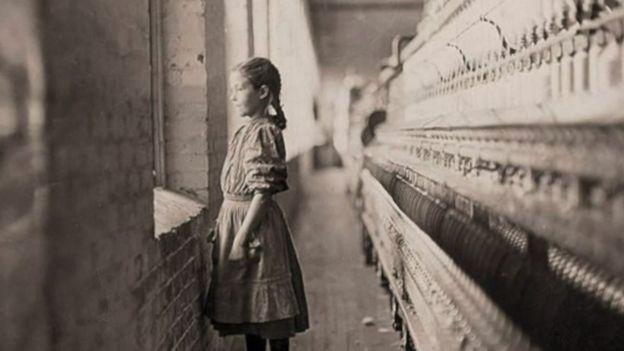 Una niña en una hilandería. (Foto: Lewis Hines / Cortesía del Archivo Nacional de Estados Unidos)