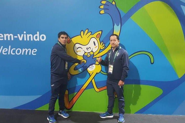 El ciclista Manuel Rodas y su entrenador Omar Ochoa posan a su arribo a Río de Janeiro. (Foto COG).