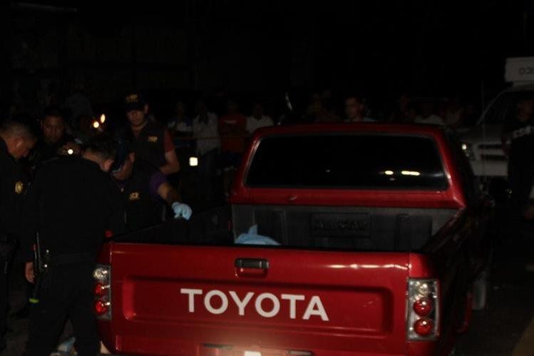 Autoridades reúnen evidencias en el lugar donde murió baleado Moisés Oliva, en Gualán, Zacapa. (Foto Prensa Libre: Víctor Gómez)