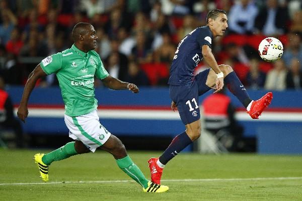 Ángel Di Maria, del PSG, evade la marca del jugador del Saint-Etienne Kevin Theophile-Catherine. (Foto Prensa Libre: EFE).