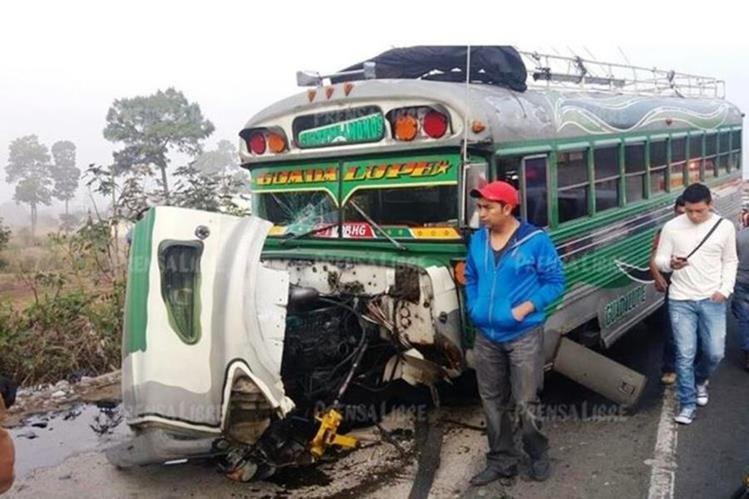Autobús involucrado en triple choque, registrado en el km 47 de la ruta Interamericana, Sumpango, Sacatepéquez. (Foto Prensa Libre: Víctor Chamalé)