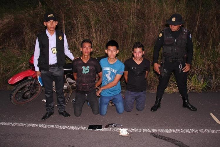 Tres presuntos asaltantes de autobuses son aprehendidos en Escuintla luego de denuncias de usuarios del transporte extraurbano. (Foto Prensa Libre: Carlos E. Paredes)