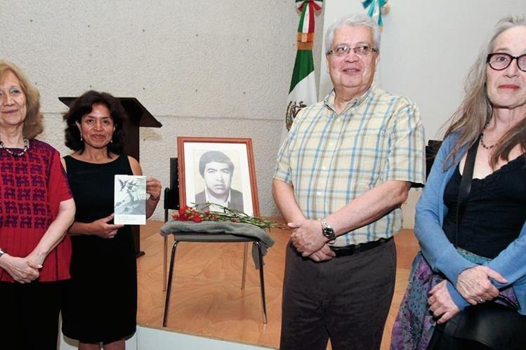 Ana María Rodas, Mayarí de León, Mario Roberto Morales y Ana María Cofiño. (Foto Prensa Libre: Edwin Castro).