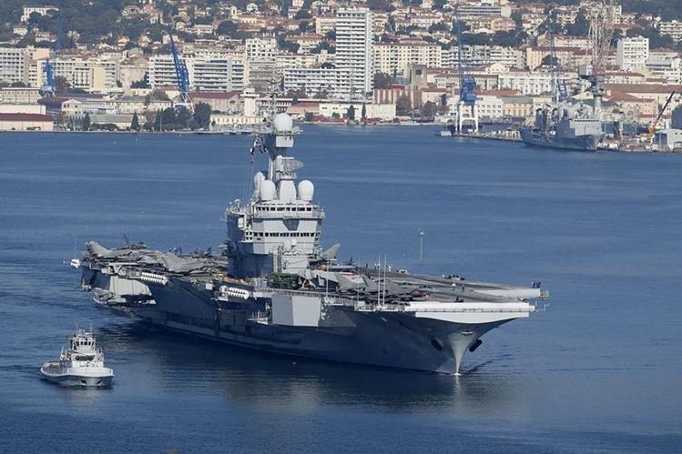 El buque de guerra francés Charles de Gaulle se encamina al Otiente Medio para atacar al Estado Islámico en Siria. Foto Prensa Libre (AFP)