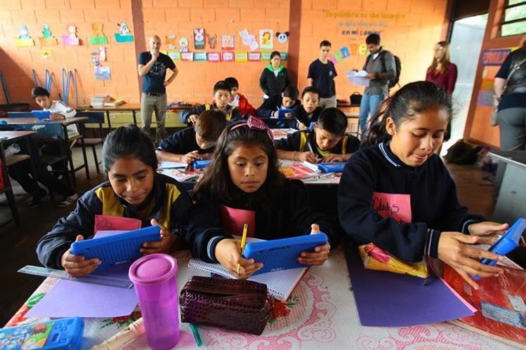 Voluntarios de Google y expertos de Learning Equality visitaron ayer la escuela 11 de agosto, en Sacatepéquez. (Foto Prensa Libre: Álvaro Interiano)