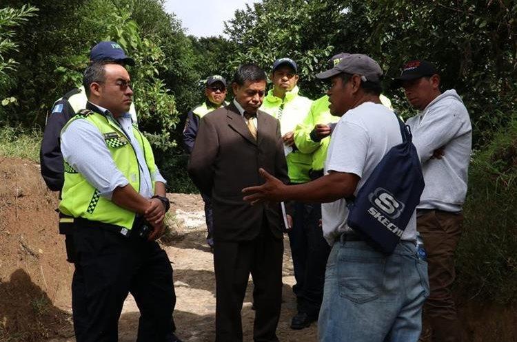Director de la PMT,  juez de Asunto Municipales y el representante de los picoperos llegan a un acuerdo para una mesa de diálogo. (Foto Prensa Libre: Víctor Chamalé)